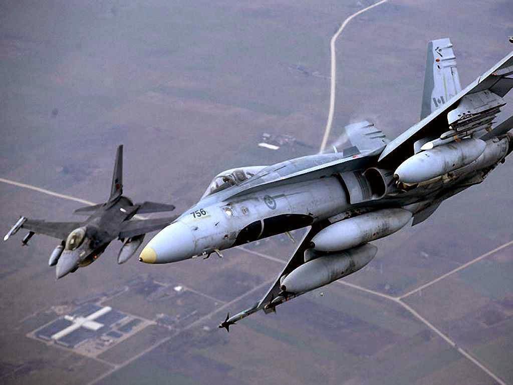 Caça português ao lado de um canadense em missão de policiamento da OTAN no espaço aéreo da Lituânia