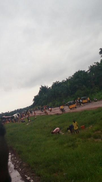 Nigerians rush to scoop kerosene from fallen tanker in Umuahia