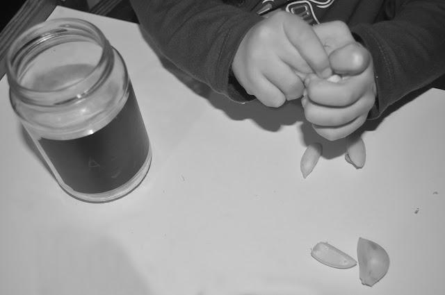 vemos sus manos jugando con los dientes.