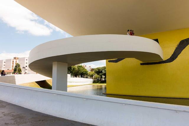 """A rampa de acesso externo ao """"Olho"""", anexo do Museu Oscar Niemeyer."""