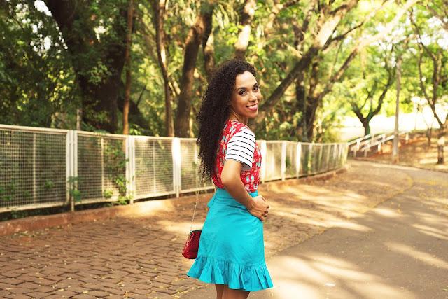 Moda tropical, moda verão, cores, moda 2018, blusa de malha, saia pareô, saia de babado, babado, moda colorida, gleikka, moda gleikka, cabelo cacheado