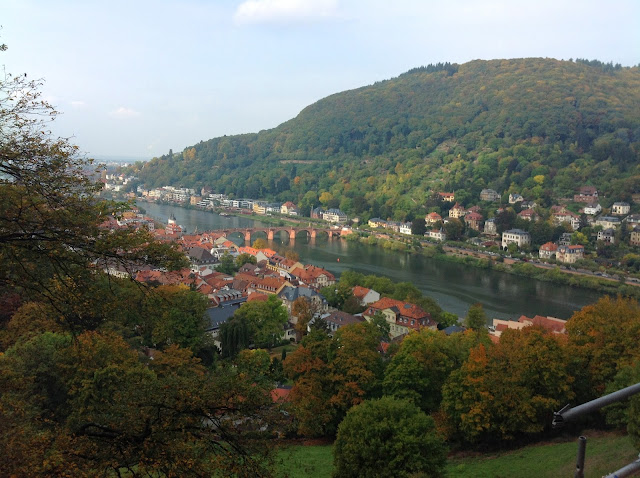 Visual deslumbrante enquanto percorre-se o Caminho dos Filósofos, em Heidelberg, Alemanha