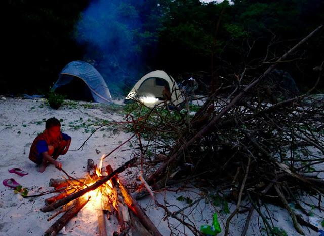 đốt lửa trại trên hoang đảo Mắt Rồng