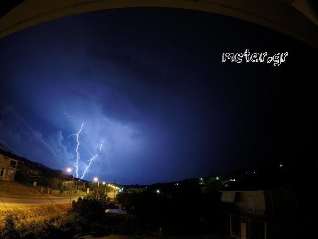 Εντυπωσιακές εικόνες από τον ουρανό της Ηγουμενίτσας εχτές το βράδυ (ΒΙΝΤΕΟ)