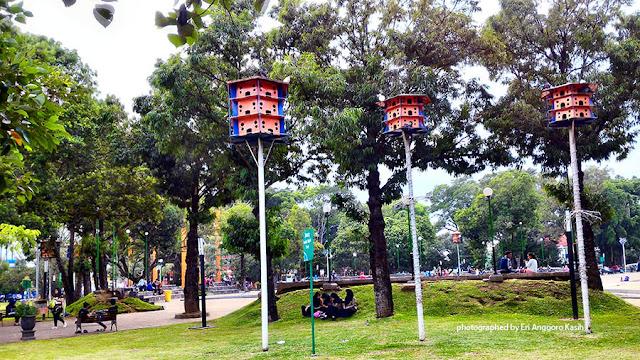 Tersedia kandang burung yang dilarang untuk diburu.