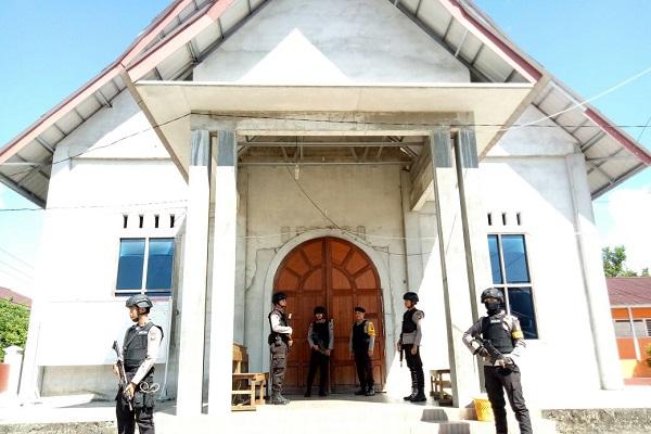 Bersenjata Lengkap Sat Sabhara Polres Melawi Amankan Misa Umat Kristiani di Melawi