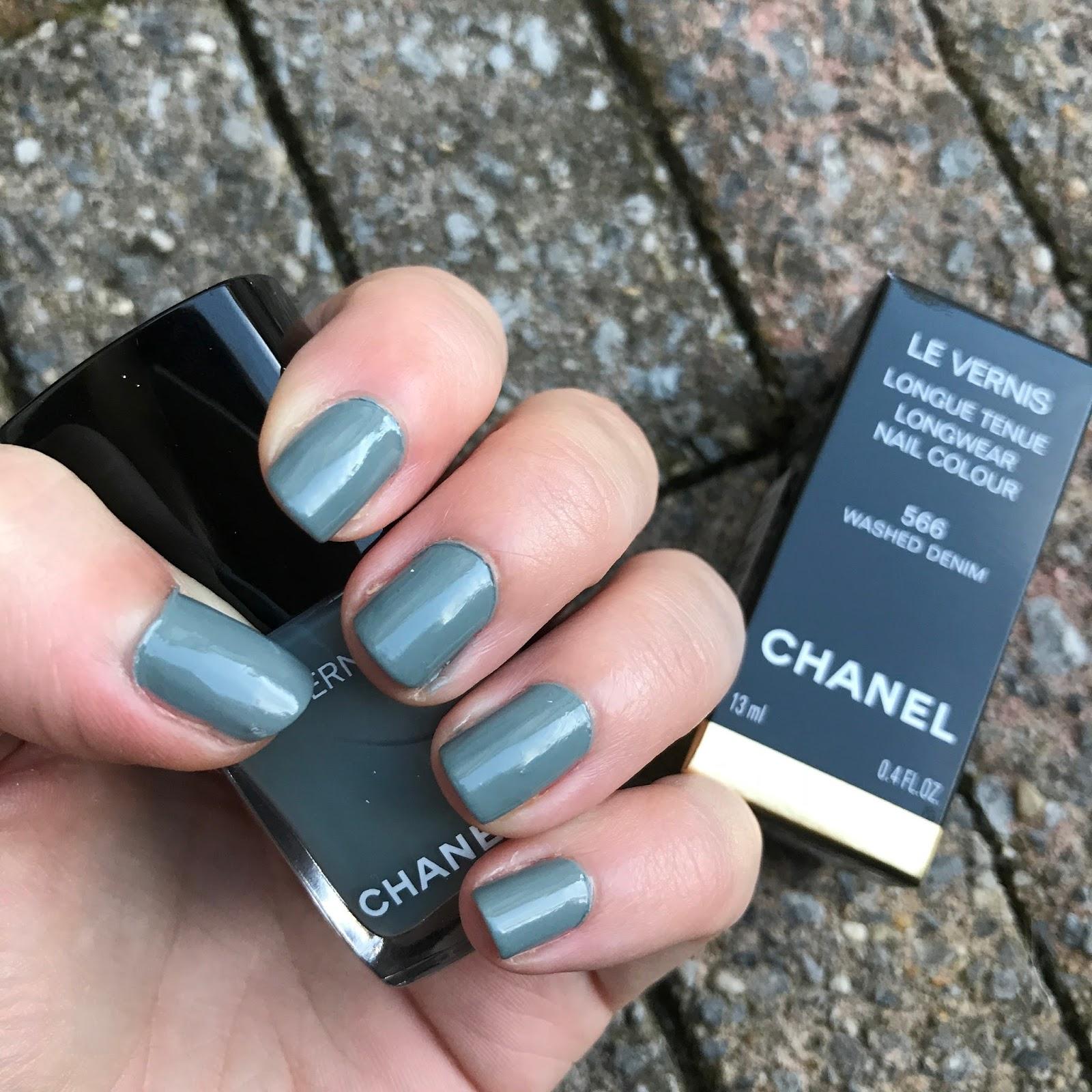 ab81a751089 Voor mijn verjaardag kreeg ik onder van mijn moeder en René andere deze  prachtige nagellak van Chanel. Toen ik hem zag bij de nieuwe Chanel  collectie die ze ...