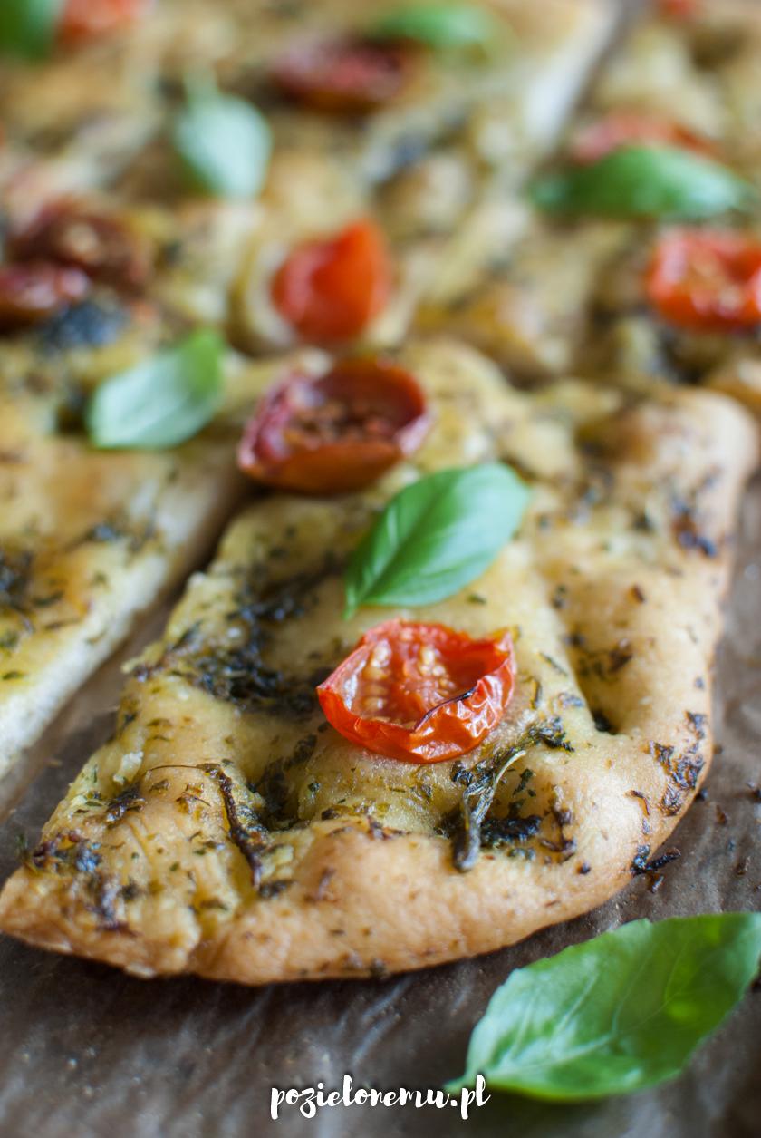 Focaccia z bazyliową oliwą i pomidorami