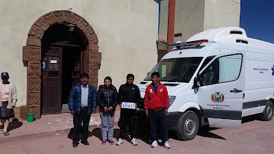 Unser Ärzteteam mit Ambulanz vor der Kirche, links unser Bürgermeister und rechts der Fahrer.