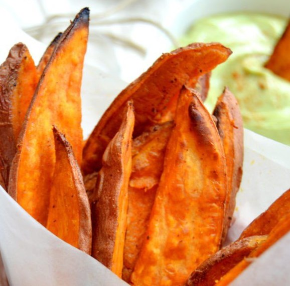 HEALTHY SWEET POTATO FRIES WITH AVOCADO DIP #healthysnack #vegetarian