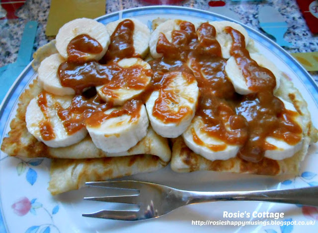 Basic Pancake Recipe - Pancakes with sliced banana & sticky caramel sauce
