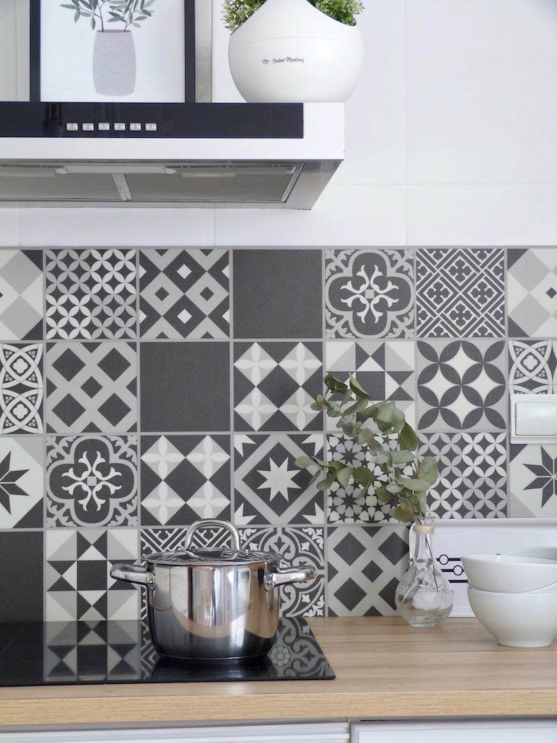 Cocina con frente de baldosas de pvc imitación porcelánico y sistema clic