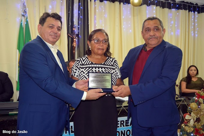 Vereador Gilberto Honorato homenageia o ex prefeito Aldo Torquato e a Professora Maria das Dores com placa de Honra ao Mérito