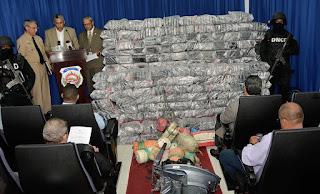 DNCD DECOMISA 932 PAQUETES DE DROGA EN AGUAS DE SPM; APRESA COLOMBIANO Y DOMINICANO