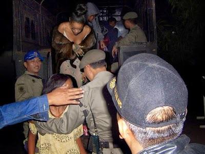 Rihanna sedang menuruni mobil patroli satpol PP untuk diperiksa