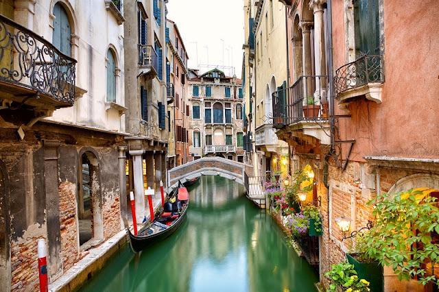 Gôndola em canal de Veneza