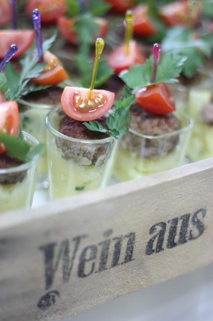 Finger food, Monaco di Bavaria wine shades and wood grains, Hochzeitsmotto, heiraten 2017 im Riessersee Hotel Garmisch-Partenkirchen, Bayern, wedding venue, dunkelrot, dunkelgrün, Weinthema
