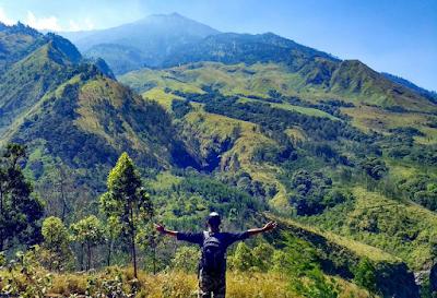 Pemandangan di salah satu sudut Budug Asu dengan latar Gunung Arjuna. Foto oleh @hade_ace