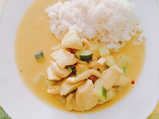 Pollo al curry giallo con riso basmati