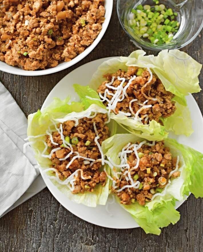 Los wraps se sirven en hojas de lechuga iceberg y se agregan fideos fritos de arroz