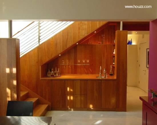 Mobiliario de madera bajo escalera interior