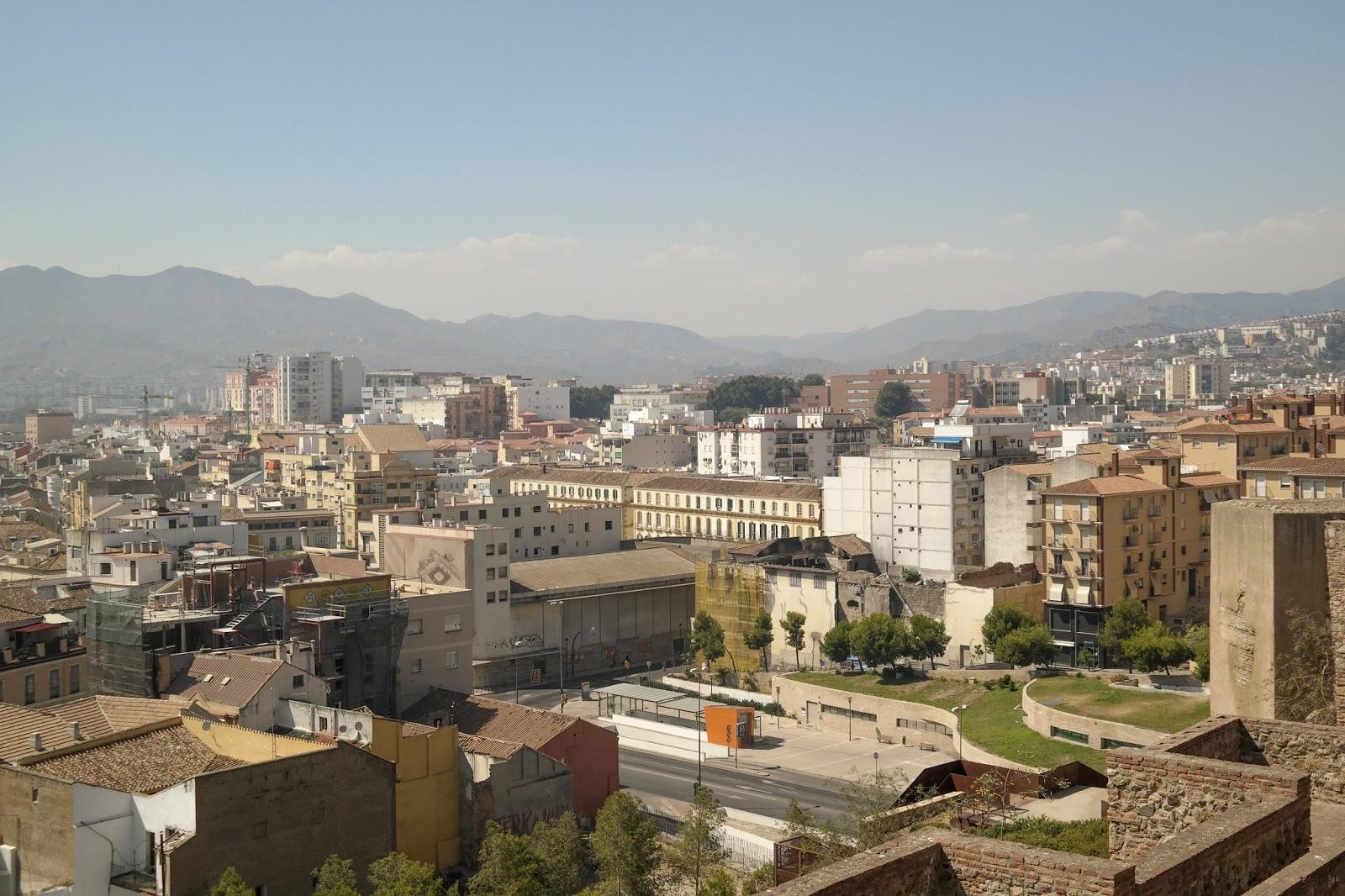 W Alcazaba Teatro Romano widok na miasto i w oddali góry.