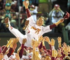 Senichi Hoshino, manager of the Tohoku Rakuten Golden Eagles, is tossed into the air Oct. 21 after the professional baseball team clinched a spot in the Japan Series. (The Asahi Shimbun)