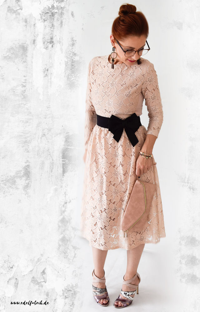 die edelfabrik, look, Midi Kleid aus Spitze, mit High Heels und Clutch in rosa