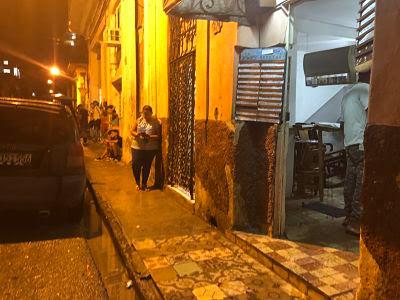 pillando wifi en la calle enfrente palacio de la rumba. la habana