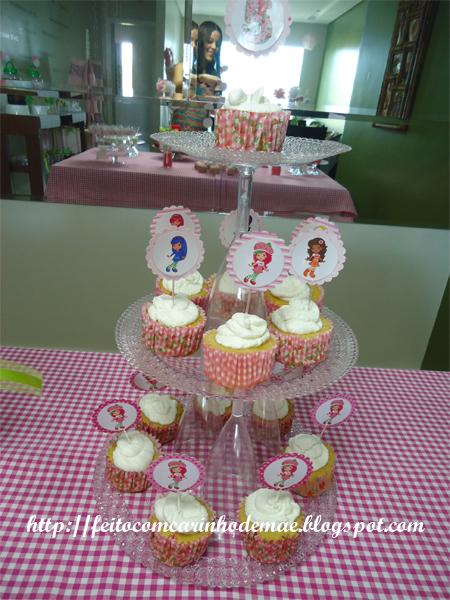 Cupcake com toppers da Moranguinho e sua turma