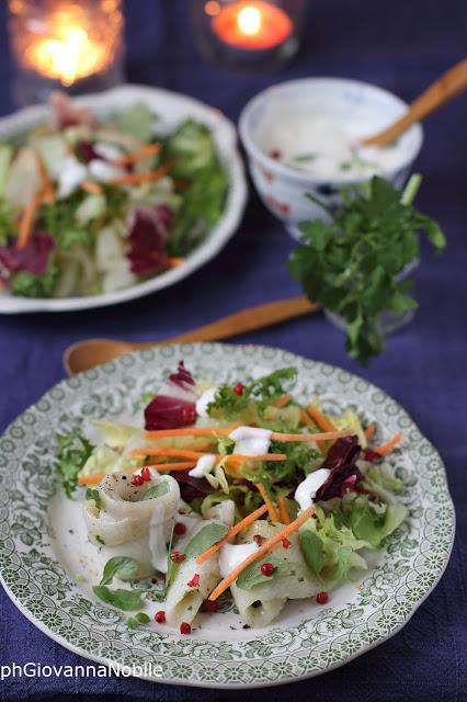 Insalata primavera con turbanti di sogliola alle erbe aromatiche e salsa allo yogurt