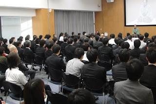 講演会講師・三遊亭楽春のカスタマーサービス講演会の風景。