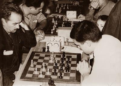 J. Mas y P. Mas, jugando un torneo social de ajedrez, Granollers 1960
