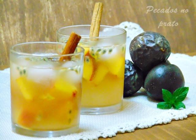 Sangria de maracujá e pêssego com vinho branco e rum