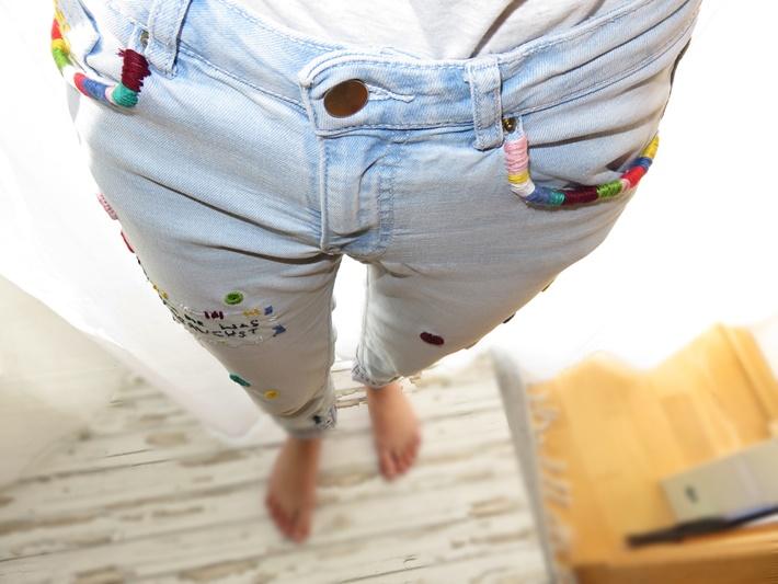Bestickte Jeans - Ansicht von vorne