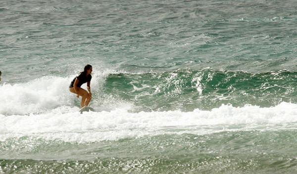 Berselancar di Pantai Pandawa