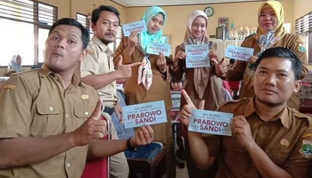 Pose dan Pamer Stiker Prabowo-Sandi, 6 Guru Honorer di Banten Dipecat