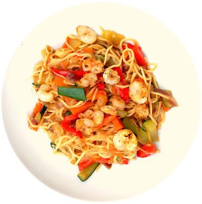 plato principal: noodles con verduras y gambas