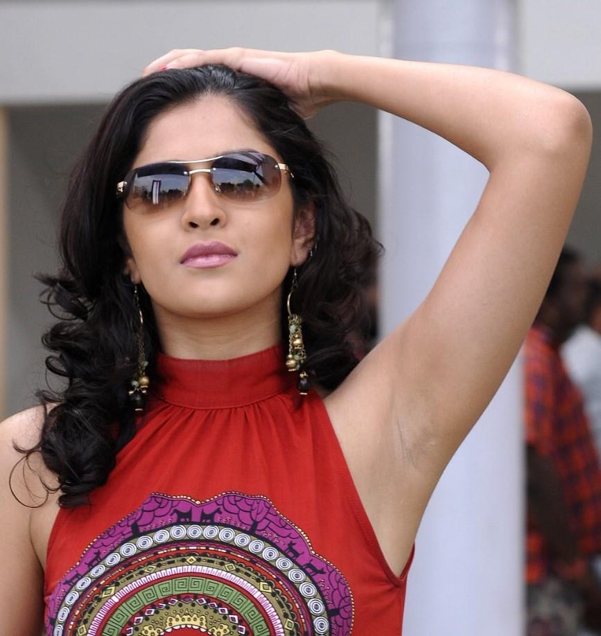 Menikmati Indahnya Tubuh Montok Yang Menggoda: Cewek India Hot Dan Sexy Pamer Tubuh Dan Ketiak