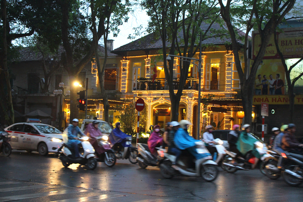 Hanoi at night, Vietnam - lifestyle & travel blog