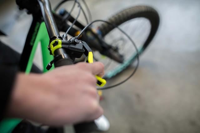 Die neuen Schalen werden aus Kunststoff gefertigt und auf die Metall-Basis der Bremshebel gesetzt.
