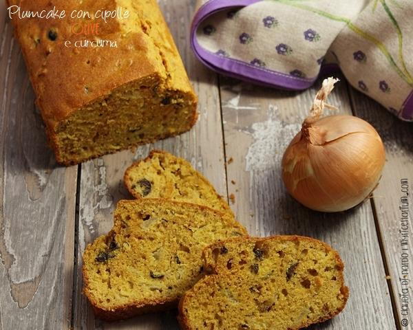 Plumcake con cipolle, olive e curcuma