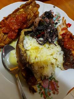 Nasi Putih, Oseng Cumi, Ikan Pe (Ikan Pari Panggang) dipenyet Sambel, disiram Mangut Panggang Ikan Pe