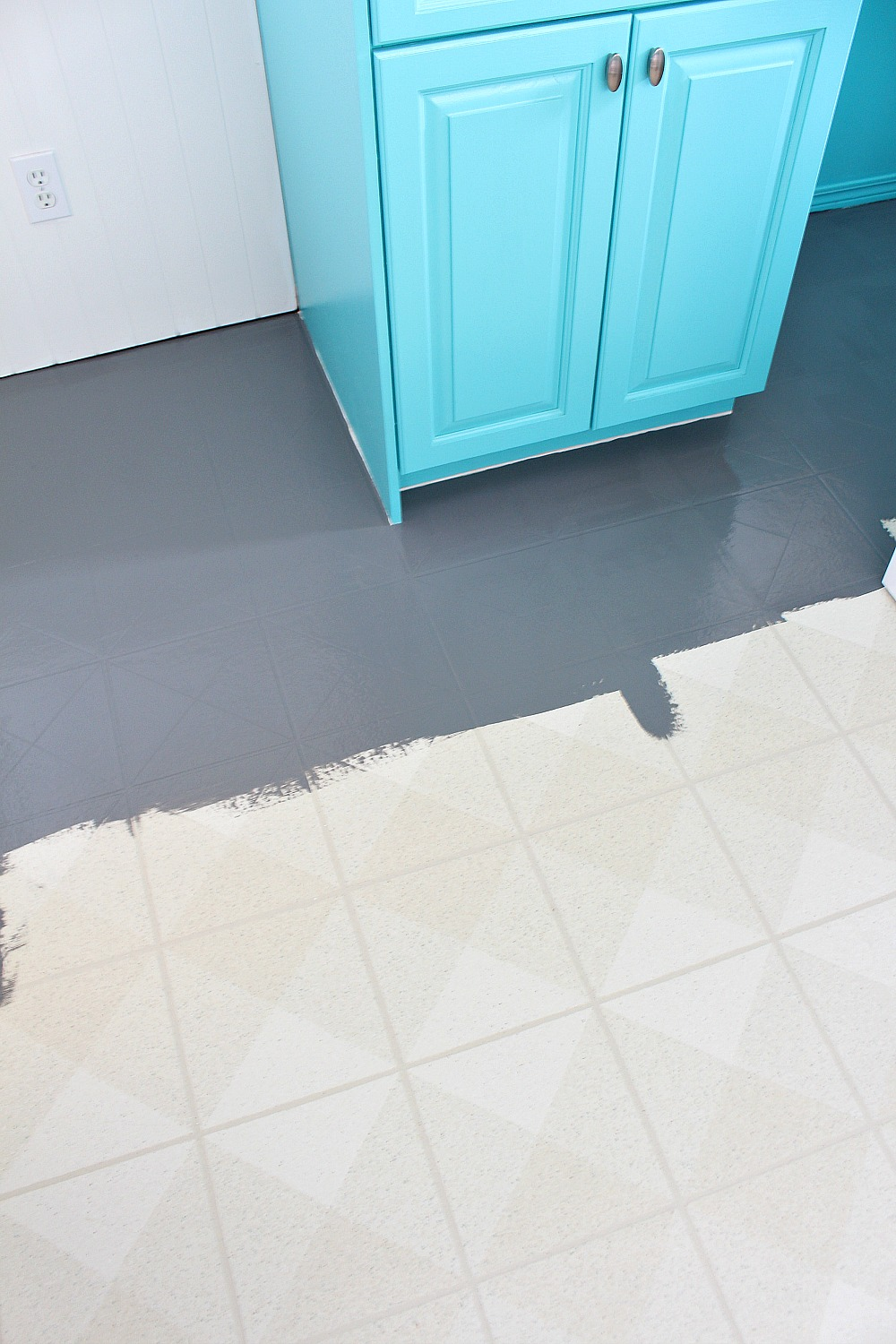 How to paint a vinyl floor diy painted floors dans le for Painting vinyl floor tile