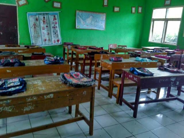 Seminggu Sebelum Sekolah, Orang Tua Murid Sudah Taruh Tas di Meja Kelas