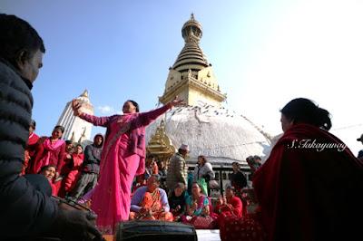ネパール スワナンプナートで踊る人たち