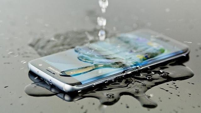 لا تنخدع : لماذا لا يكون هاتفك مقاوم للماء حتى ولو قالت الشركة المصنعة ذلك