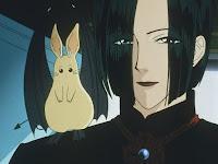Rapaz de cabelos longos sorrindo (Count D), com um pequeno morcego-coelho em seu ombro