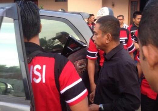 Ucok Kodok ketua OKP di Kota Padangsidimpuan saat diboyong polisi.