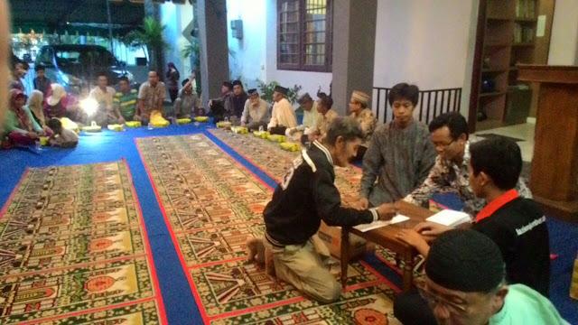 Pembagian paket sembako, bingkisan dan santuan warga dhuafa disekitar Kantor PDM Jember